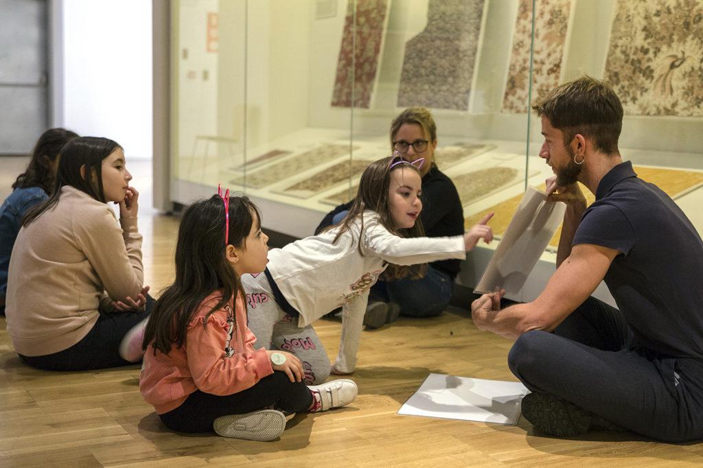 Visita dinamitzada amb un educador a les sales del Museu del Disseny. Fotografia cedida pel Museu del Disseny