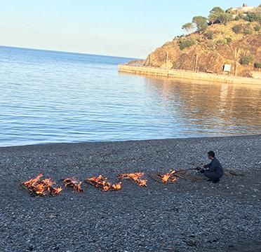 Juan Antonio Cerezuela. Tres estats de la Història. Intervenció a la platja de Portbou. 2019.