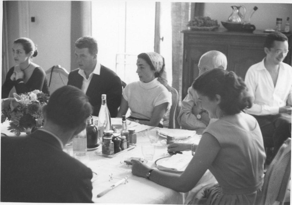 Dinar a la casa dels Lazerme. D'Esquerra a dreta: Françoise Gilot, el Dr. Jacques Delcos, Jacqueline, Picasso i Paule de Lazerme (d'esquena). Perpinyà, 19 de setembre de 1954.