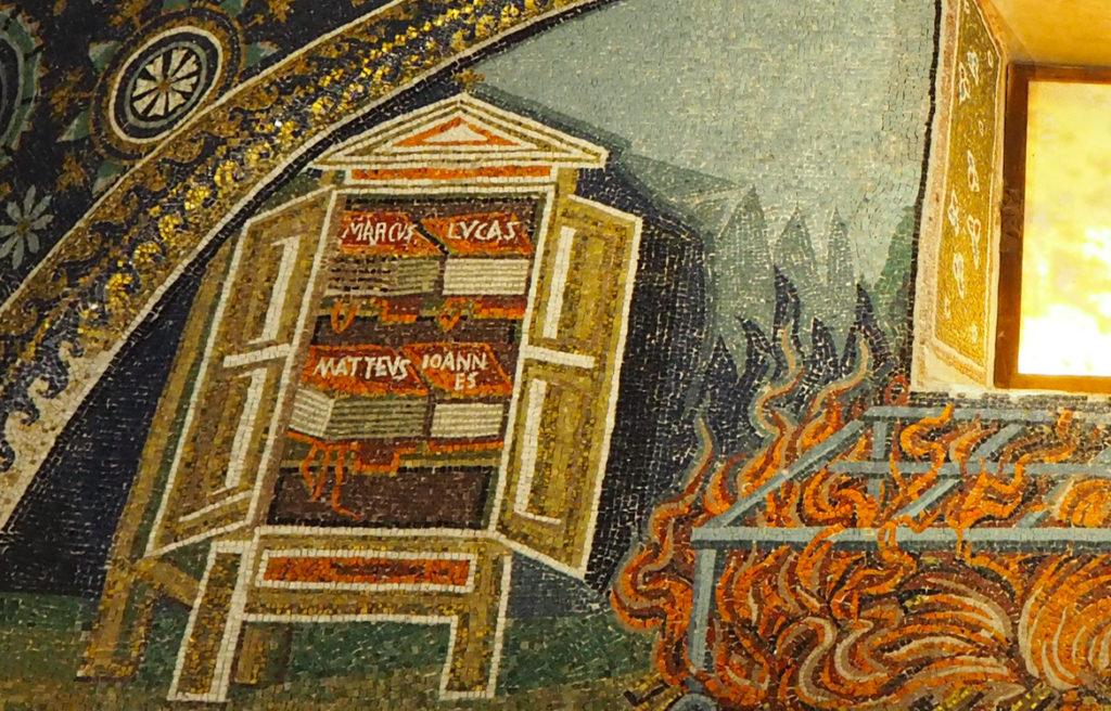 Detall dels Evangelis que identificarien la imatge anterior com Sant Vicent Màrtir // ÀLEX MILIAN