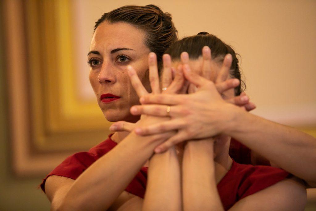Laia Santanach i Anna Hierro reinterpreten la dansa tradicional. Foto: © Martí Albesa