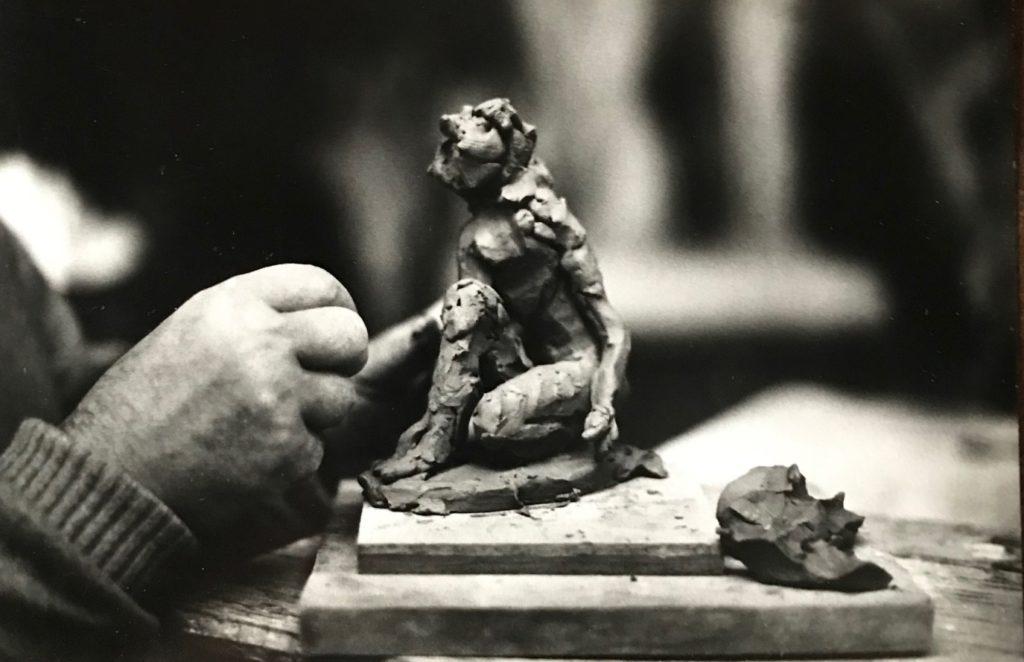 Fenosa al seu taller amb la peça La calma. Foto Jean Marie del Moral. 1980