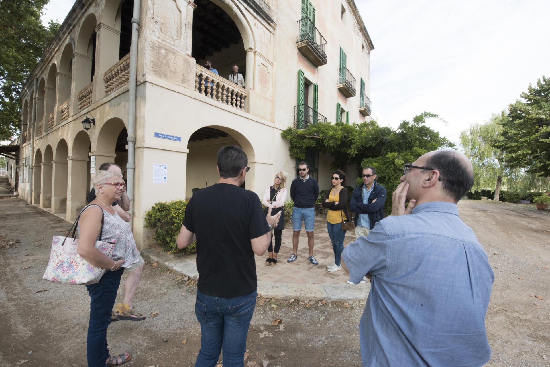 Visitants al Mas Tallapedra, històric mas de la ciutat de Reus. Font: Espais Ocults.