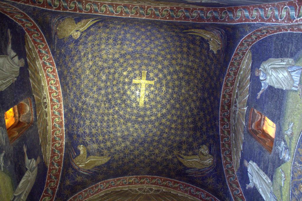 La volta central del Mausoleu representa el cel estrellat amb la creu // Wikipedia