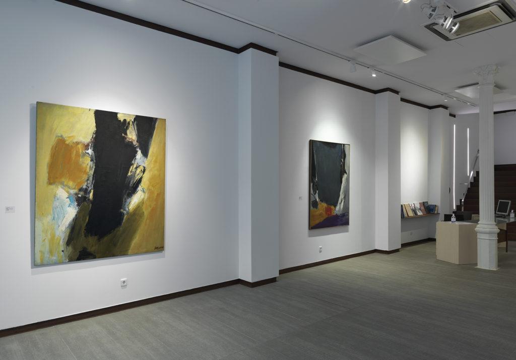 Vista de l'exposició de José Guerrero: Black and yellow, 1959, oli sobre tela i El paño de la Verónica, c. 1966, oli sobre tela. Fotografia: cortesia Galeria Mayoral.