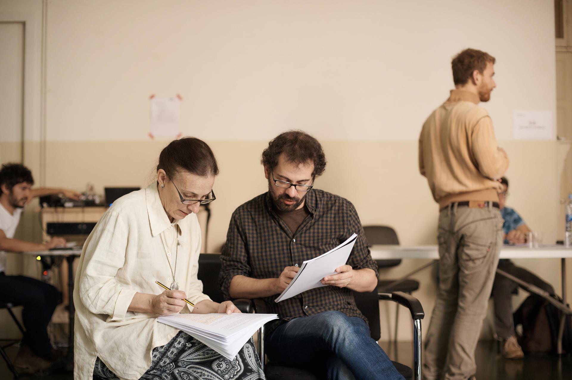 Llàtzer Garcia passant text amb Teresa Vallicrosa a 'Els nens desagraïts'. Foto: Paco Amate