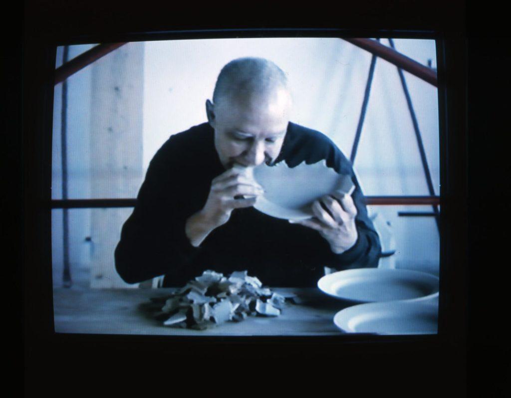 Pere Noguera: Prémer amb les dents, 1999. Videoacció. © Arxiu Pere Noguera