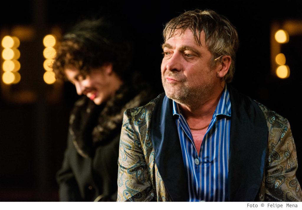 Pere Arquillué fent de Roy Cohn a la versió d''Àngels a Amèrica' de David Selvas al Lliure. Foto: Felipe Mena