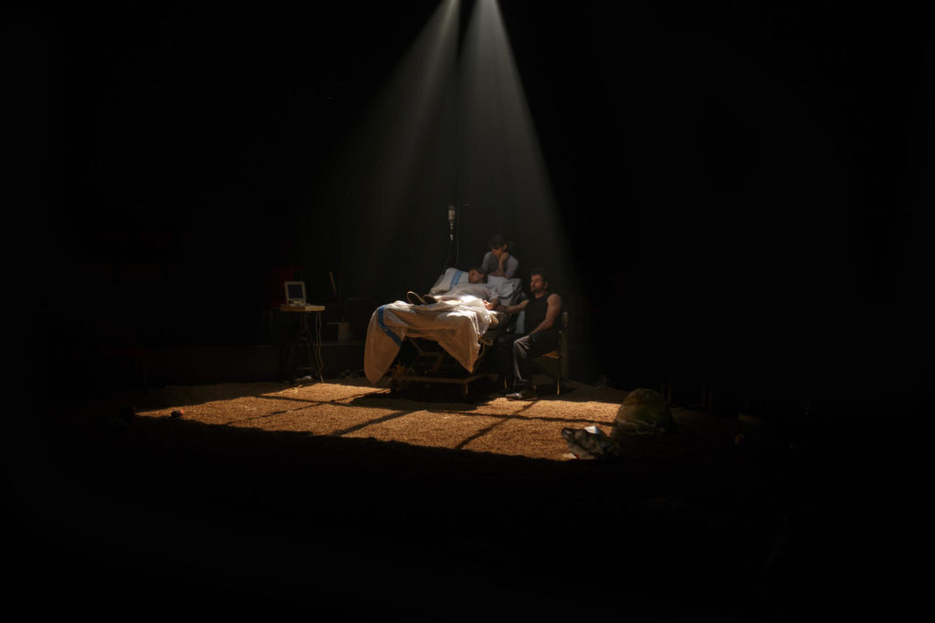 'Una gossa en un descampat', de Clàudia Cedó, es va estrenar a la Beckett el 2018. Foto: Kiku Piñol