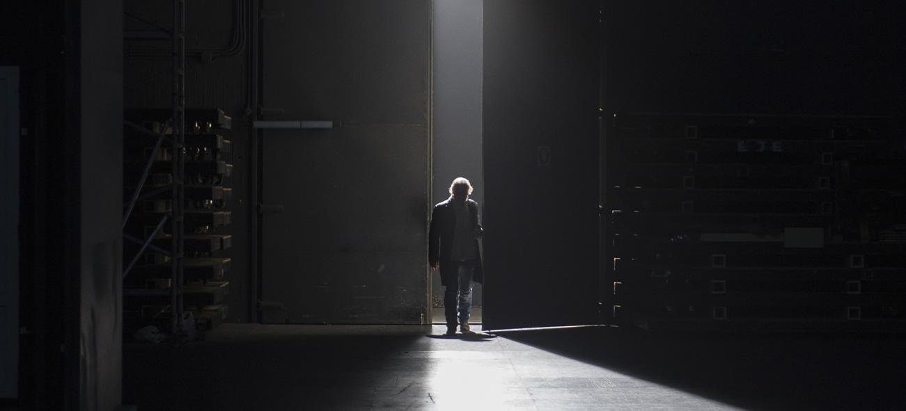 Lluís Homar entrant a la Sala Gran del TNC a 'L'art de la comèdia', d'Eduardo de Filippo. Foto: TNC