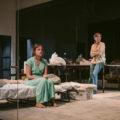 Maria Rodríguez i Cristina Genebat fent 'Les tres germanes' al Lliure, una obra que ha hagut de suspendre funcions per un cas de covid a la companyia. Foto: Sílvia Poch