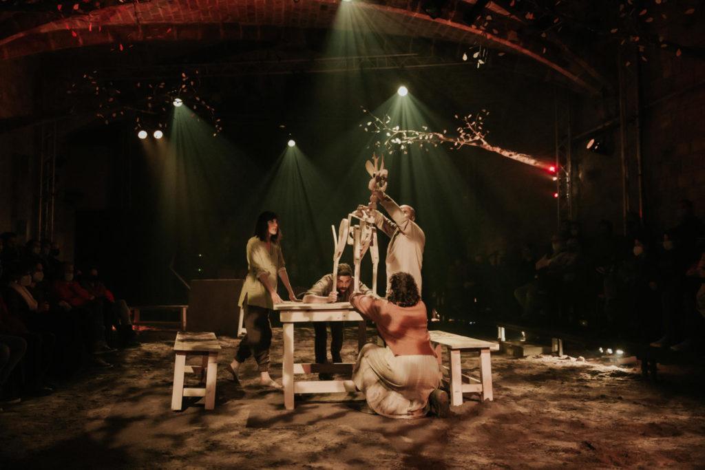 Els titelles fan aportació imprescindible a la versió teatral de 'Canto jo i la muntanya balla'. Foto: La Perla 29
