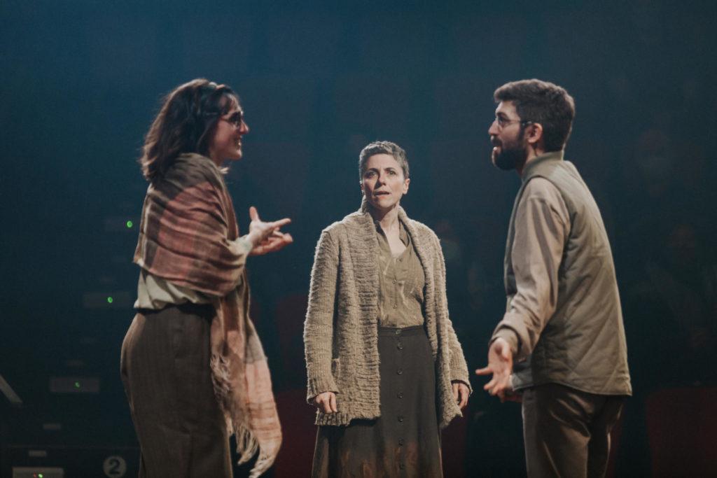 Laura Aubert, Anna Sahun i Ireneu Tranis protagonitzen la versió de 'Canto jo i la muntanya balla'. Foto: La Perla 29