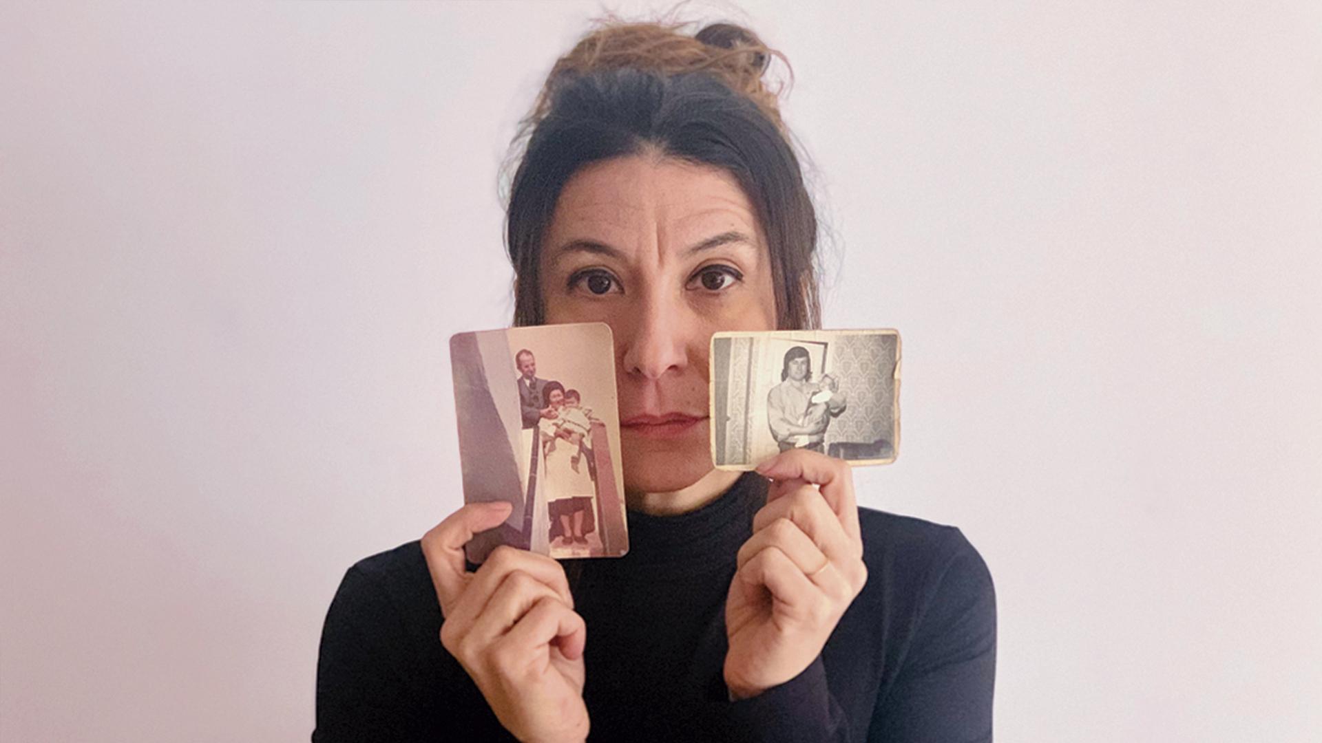 Susanna Barranco amb fotos dels seus familiars. Foto: La Barranco Films