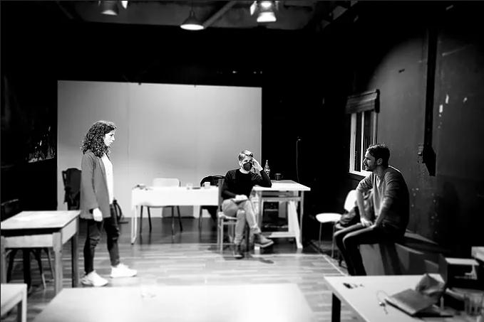 Lautaro Perotti (al mig) dirigint Paula Blanco i Albert Prat a 'L'habitació blanca'. Foto: Roser Blanch