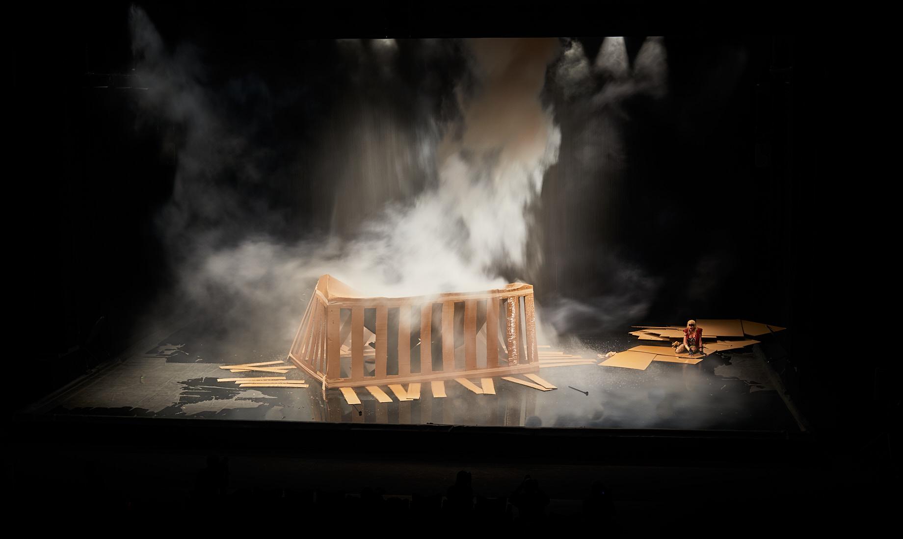El Partenó ensorrat de la 'Trilogie des contes immoraux (pour l'Europe)', de Phia Ménard. Foto: Christophe Raynaud de Lage / Festival d'Avignon